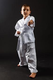 Niño luchador de artes marciales en el pabellón deportivo