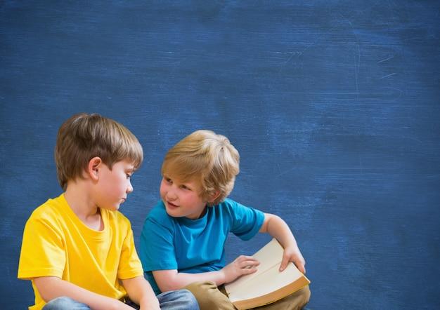 Niño mano mirando de retención de lectura