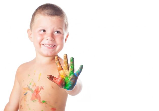 Niño con mano pintada