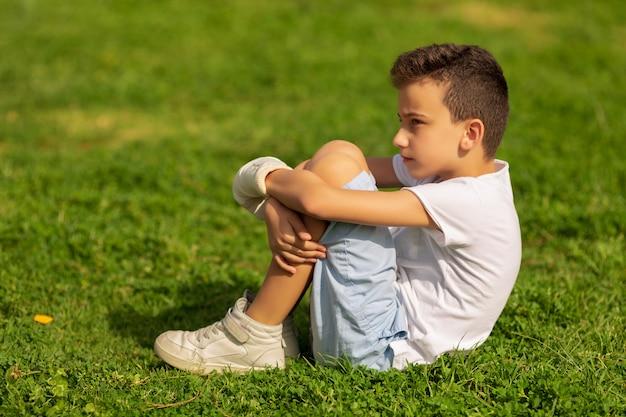 Niño con mano vendada y yeso al aire libre