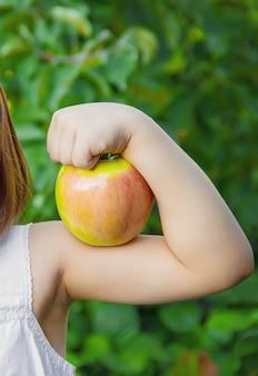 Niño con una manzana. foto. naturaleza