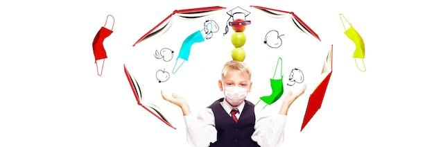 Niño con máscara de protección contra el virus corona en la escuela.
