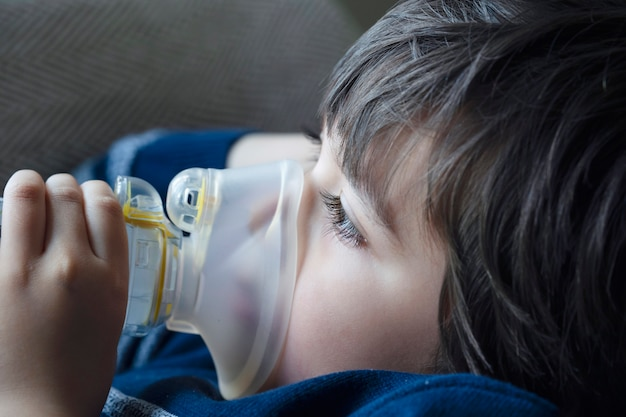 Niño con mascarilla inhalador