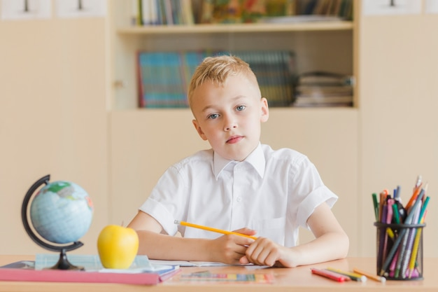 Niño mirando a la cámara durante la lección