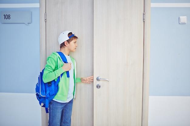 Niño mirando a escondidas a través de la puerta