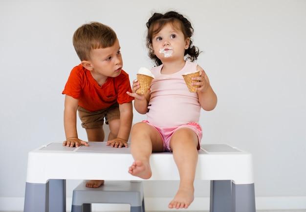Niño mirando a niña con helados