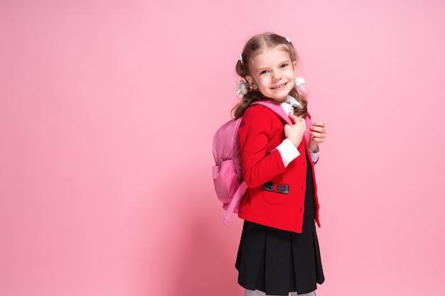 Niño con mochila. chica con mochila