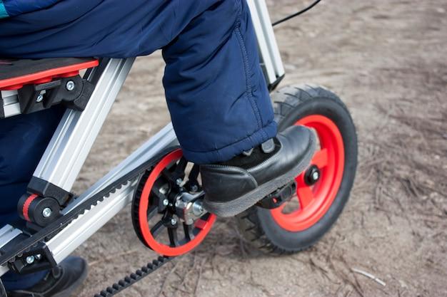 Niño montando una bicicleta en el estadio. bicicleta con ruedas inflables.