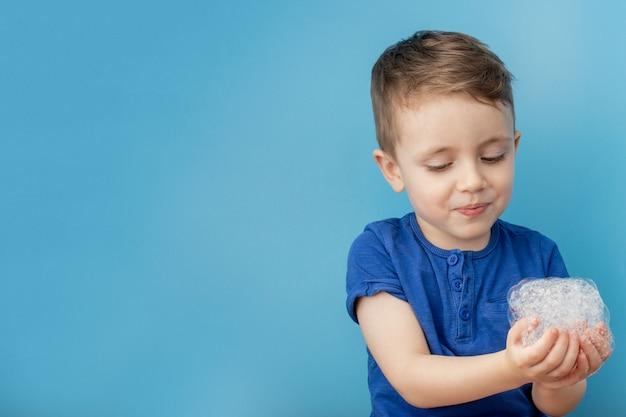 Niño mostrando sus manos con espuma de jabón, concepto de limpieza e higiene. limpiar las manos frecuentemente con agua y jabón