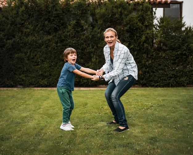 Niño y mujer feliz de tiro completo