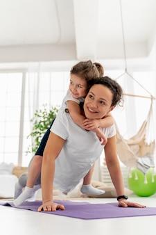 Niño y mujer sonriente de tiro completo