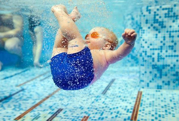 Niño nada en la piscina