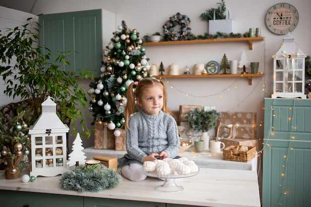 Niño en navidad mañana cocina en casa.