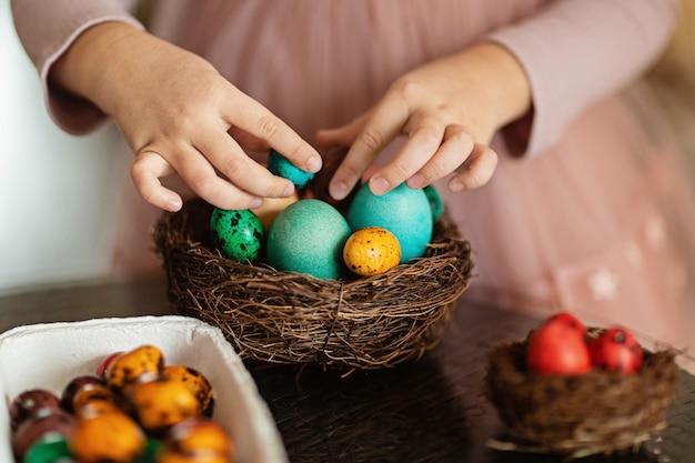 Niño con nido con huevos de pascua