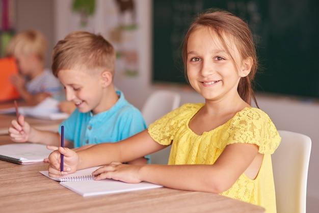 Niño y niña, en, un, escritorio