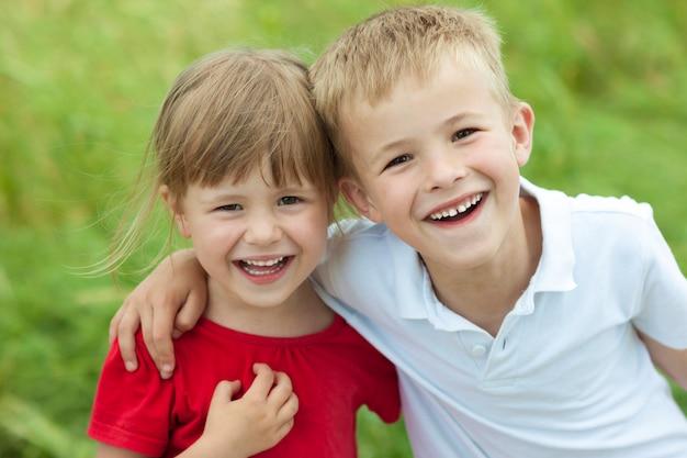 Niño y niña juntos riendo alegremente