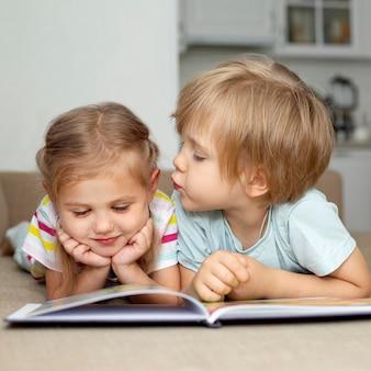 Niño y niña leyendo