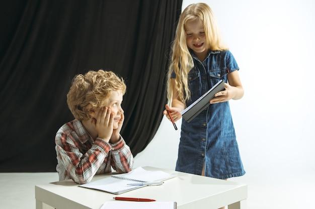 Niño y niña preparándose para la escuela después de un largo receso de verano.