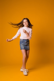 Niño niña saltando feliz niña bailando
