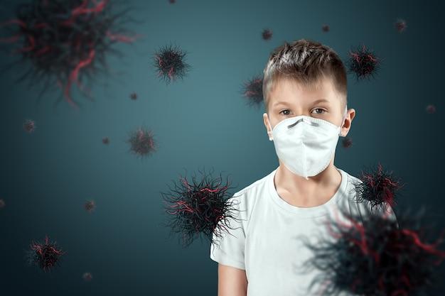 Un niño niño con una máscara se protege de las partículas de virus que vuelan en el aire