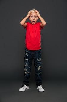 Niño niño sorprendido de pie aislado