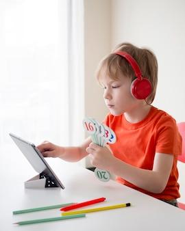 Niño con números para el concepto de aprendizaje electrónico de matemáticas