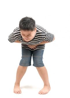 Niño obeso que tiene dolor de estómago intenso y grita o necesita orinar
