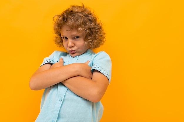 Niño ofendido se burló de la pared naranja