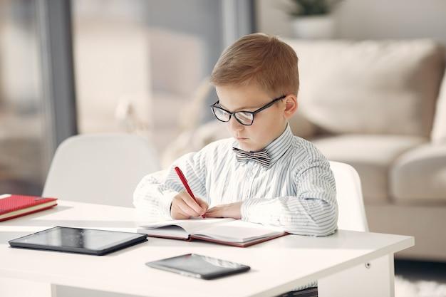 Niño en la oficina con una computadora portátil