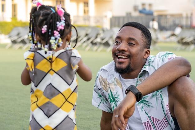 Niño y padre feliz de tiro medio