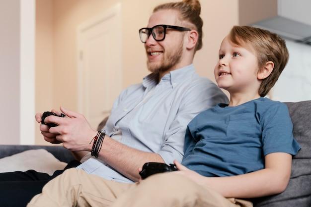 Niño y padre de tiro medio jugando