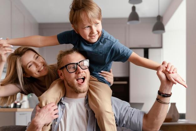 Niño y padres felices de tiro medio