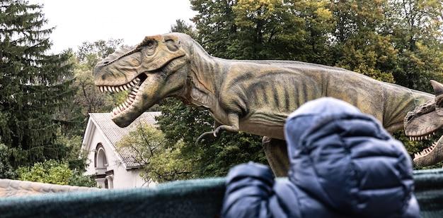 Niño en un parque de dinosaurios