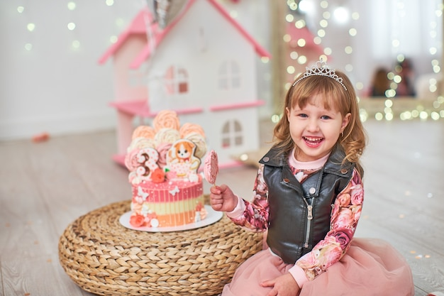 Niño con pastel