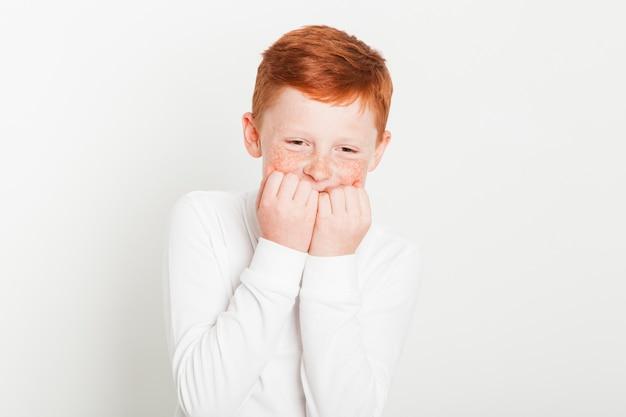 Niño pelirrojo con expresión de reír