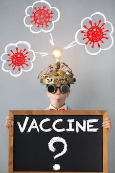 Niño pensando en la vacuna contra el coronavirus. concepto global de pandemia covid-19