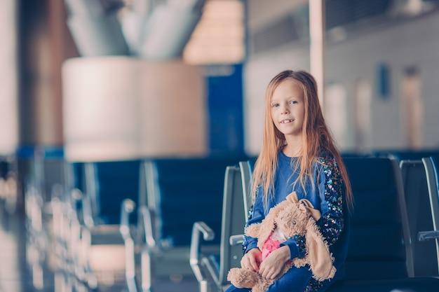 Niño pequeño en el aeropuerto esperando el embarque