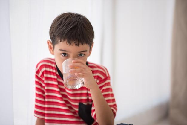 Niño pequeño, agua potable