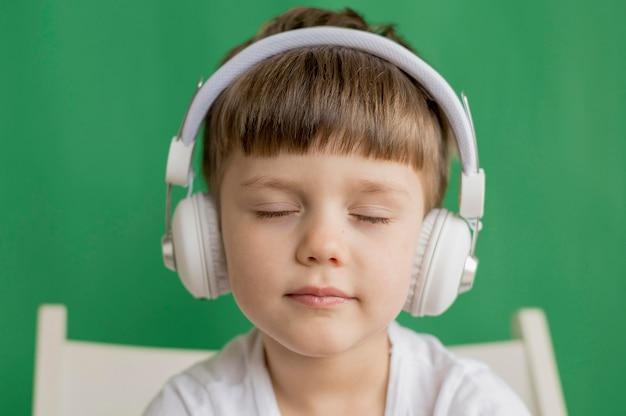 Niño pequeño, con, auriculares