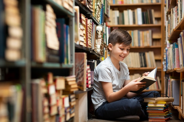 Niño pequeño en la biblioteca