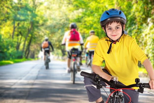 Niño pequeño con bicicleta