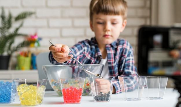Niño pequeño con bolas de hidrogel