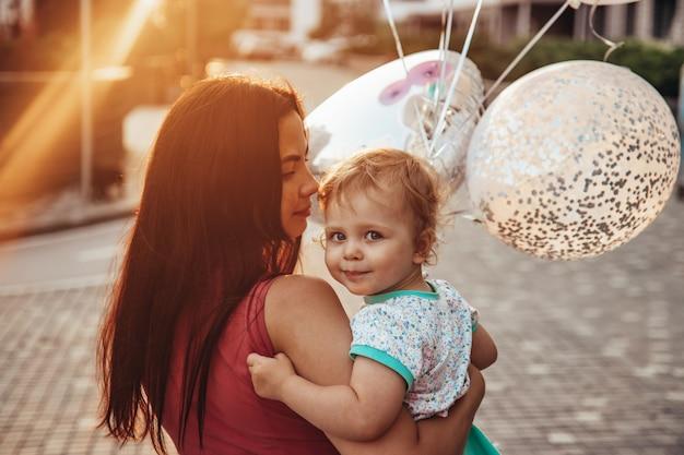 Un niño pequeño en brazos de mamá.
