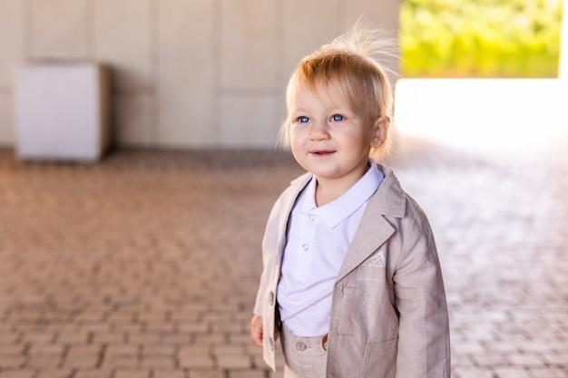 Niño pequeño en un buen traje