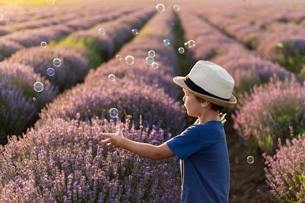 Niño pequeño en campo de flores