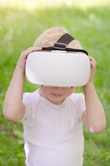 Niño pequeño en un casco de realidad virtual