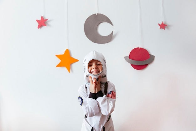 Niño pequeño como astronauta de la ciencia creativa