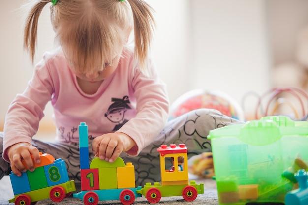 Niño pequeño concentrado en juguetes