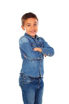 Niño pequeño divertido con cabello oscuro y ojos negros cruzando sus brazos
