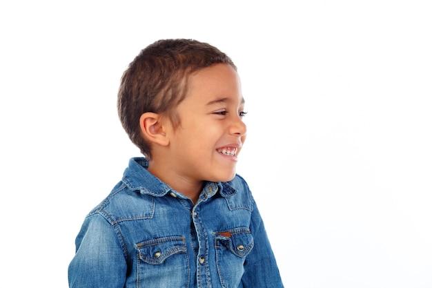 Niño pequeño divertido con camiseta de mezclilla